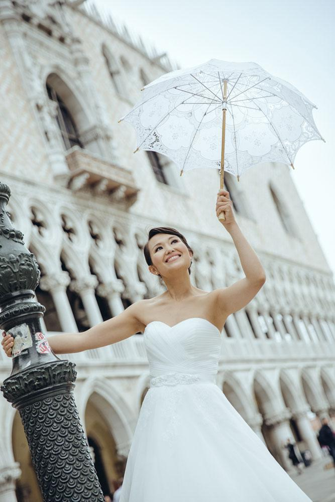 威尼斯 Bride with a white lace umbrella