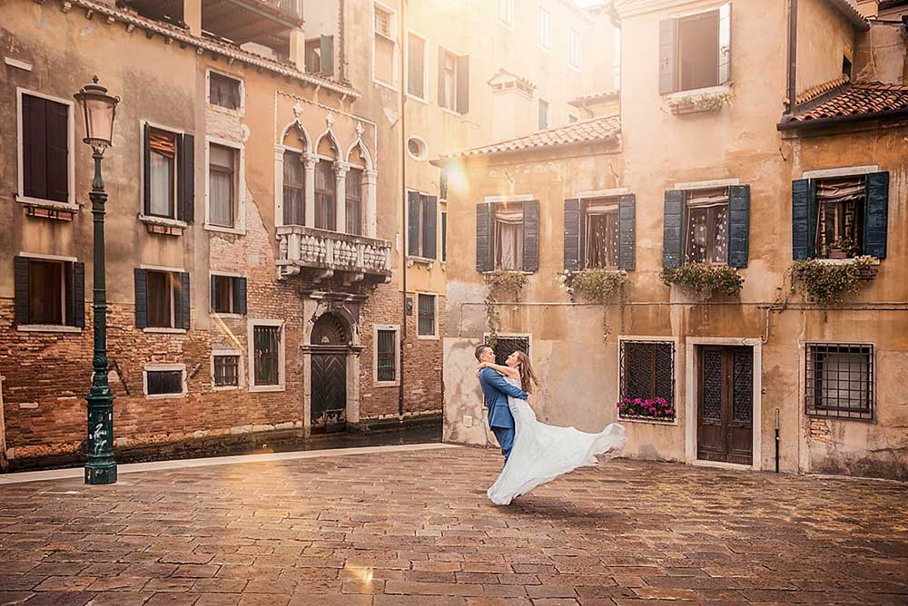Couple posing for pre-wedding photo in Venice