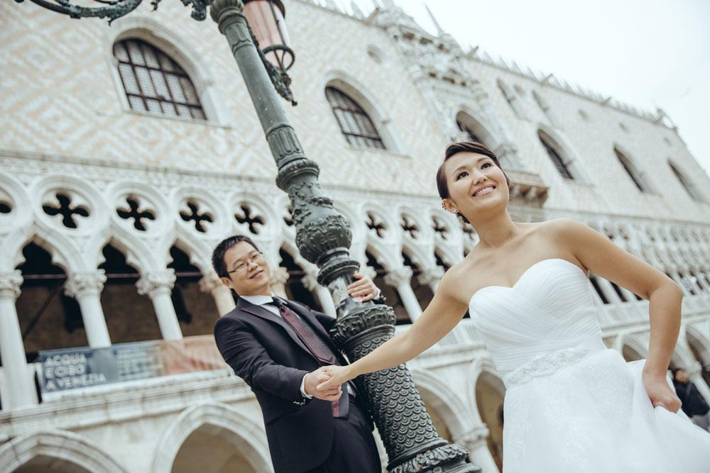 Couple posing in front of Doges' Palace in Venice