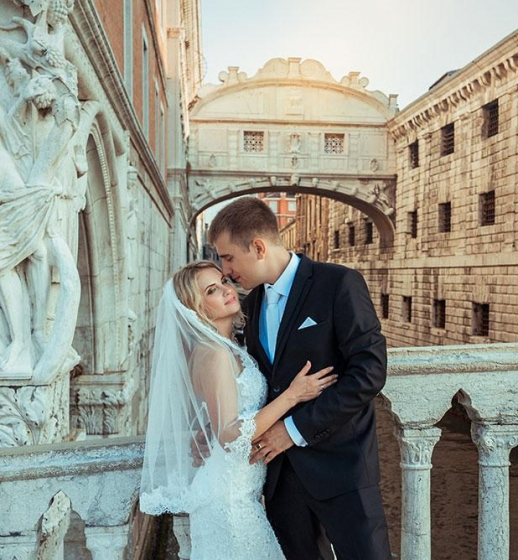 Couple in front of the Bridge of Sighs in Venice