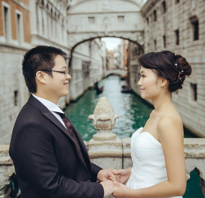 威尼斯 Couple posing for pre-wedding photo with a Bridge of Sighs in the back
