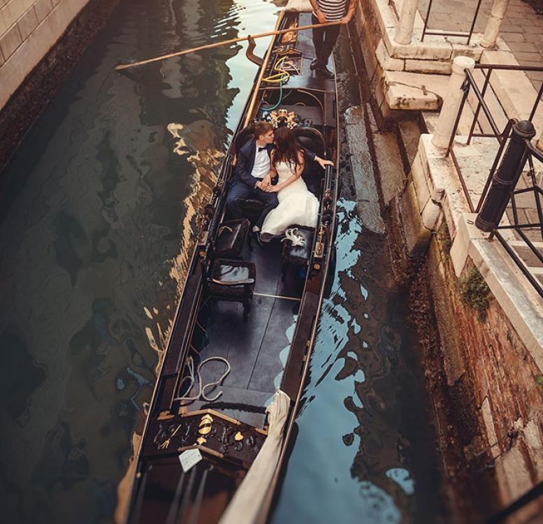 Pre-wedding photography on gondola in Venice