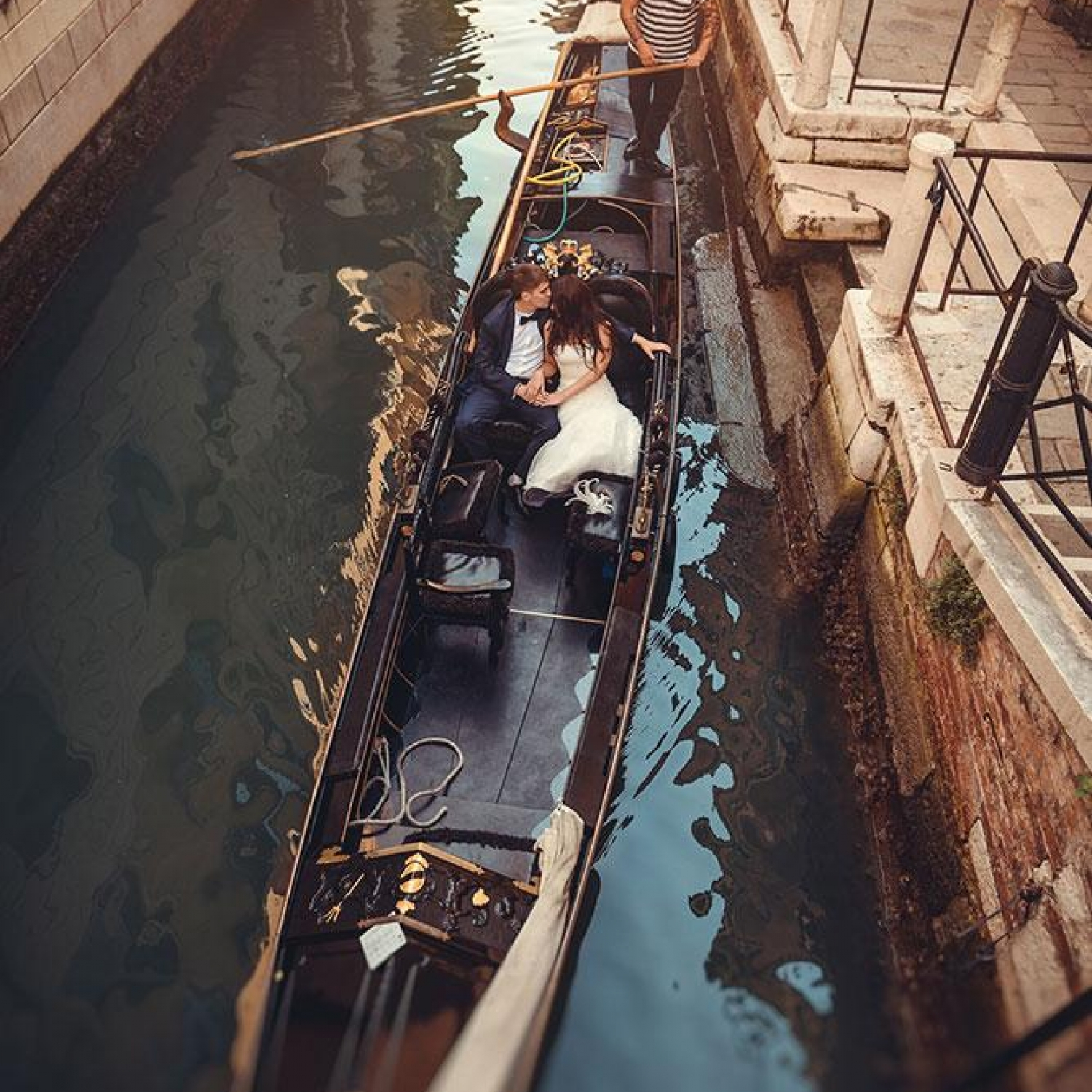 Pre-wedding photography on gondola in Venice