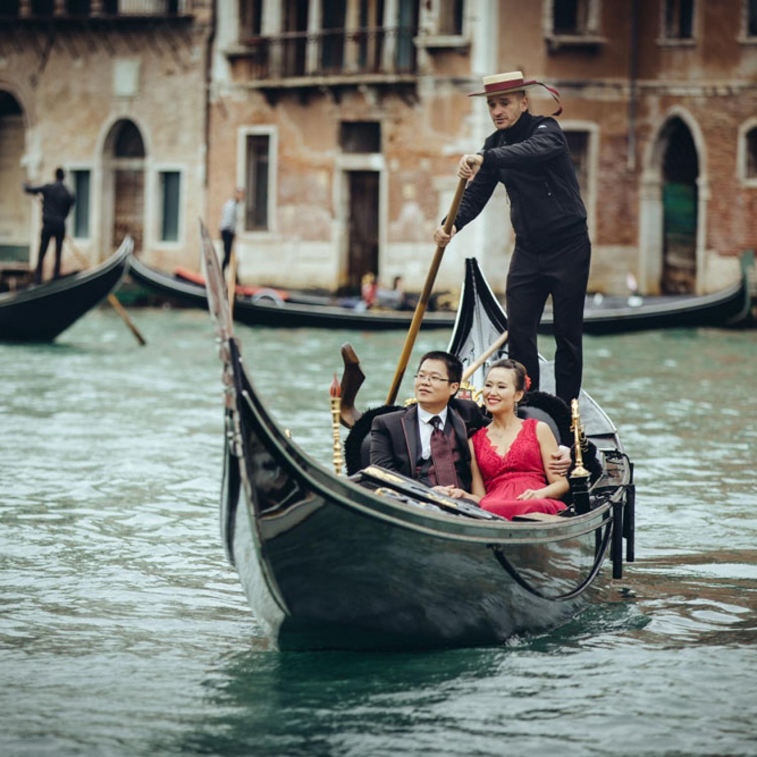威尼斯 Couple on gondola in Venice