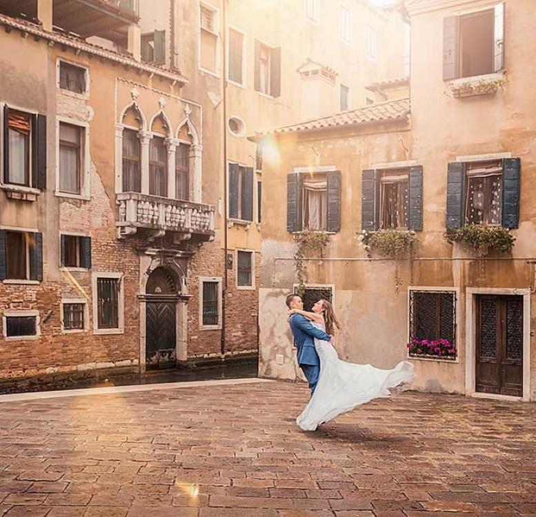 Couple posing for pre-wedding photo in Venice