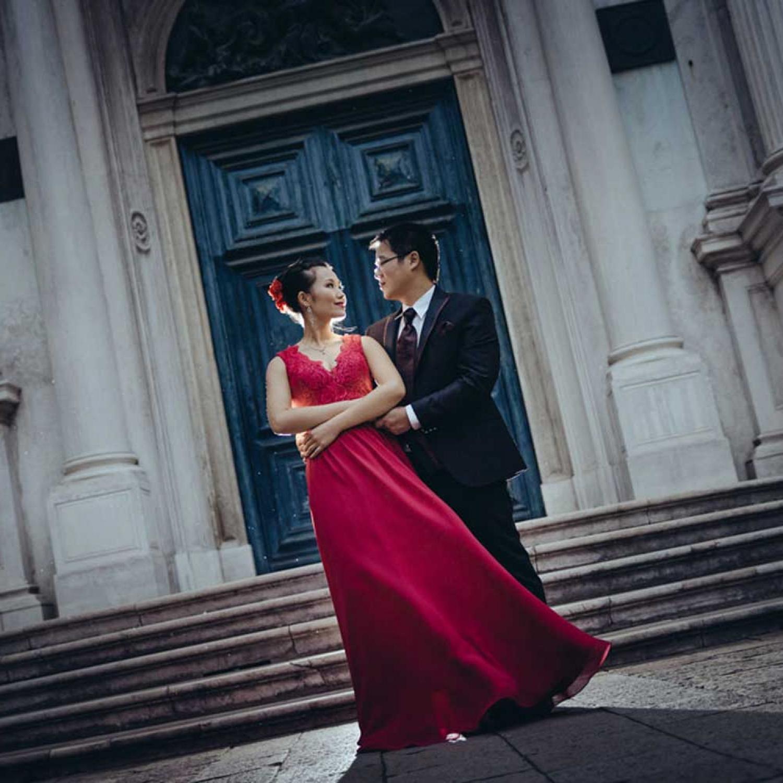 Couple posing in front of blue door in Venice